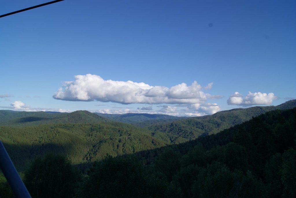 Алтайские горы сливаются с небом! Выглядит очень красиво и естественно!